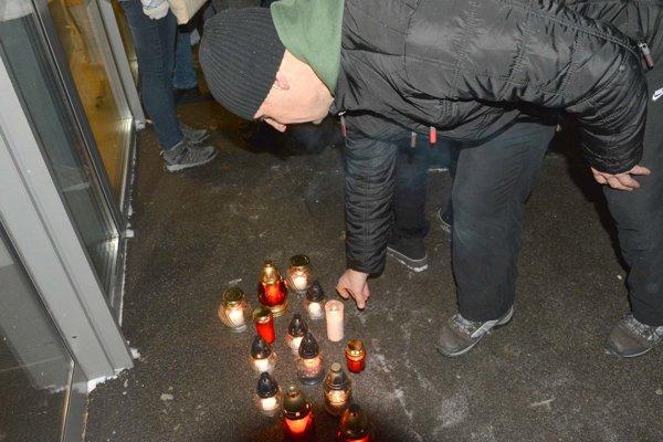 Za nebohé deti zapálili sviečky.