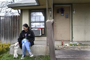 Sammy Arellano, partnerka zavraždeného boxera Johna VanMetera pred ich domom.
