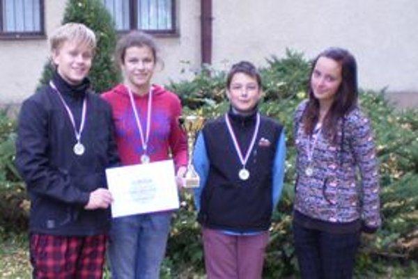 Víťazné družstvo: Monika Glutová, Ivana Drobáňová, Jakub Dubjel a Kristián Roth z Evanjelickej spojenej školy.