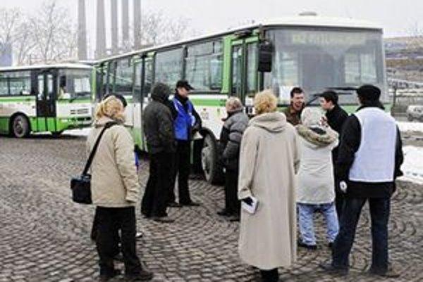 Cestujúci musia počas prestávky vodiča čakať mnohokrát v mraze či daždi.