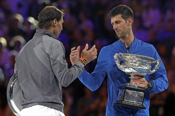 Rafael Nadal blahoželá Novakovi Djokovičovi.
