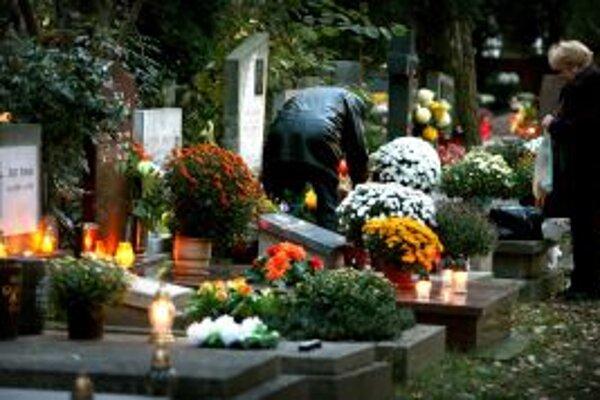Technické služby sa za nedôstojnú atmosféru na cintoríne ľuďom, ktorí boli zapáliť sviečky a postarať sa o hroby svojich blízkych, ospravedlnili.