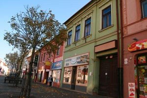 Jednou z prebytočných budov je sídlo Bytového podniku.