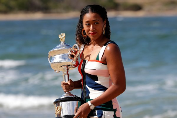 Naomi Osakaová s víťaznou trofejou za triumf na Australian Open.