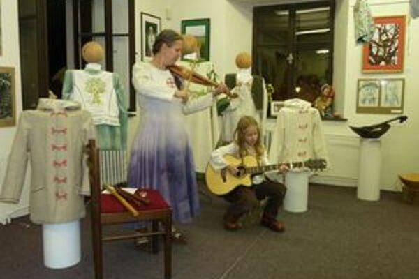 Výstava prezentuje novodrevnú kultúru.