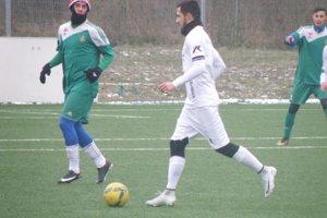Bratia Horáčkovci (v bielom) nastúpili opäť za Nové Zámky vprípravnom zápase proti Dvorom.