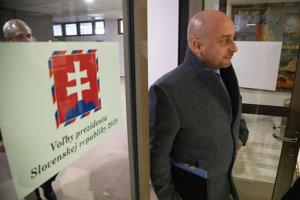 Kandidát na prezidenta SR József Menyhárt počas odovzdania petičných hárkov s podpismi občanov potrebných ku kandidatúre na post prezidenta SR v budove Národnej rady Slovenskej republiky.