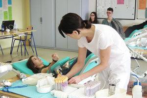 Odborná učebňa slovenčiny sa na jeden deň zmenila na transfúznu stanicu.