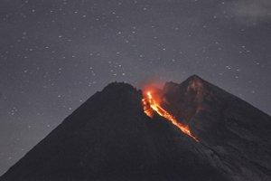 """Merapi sa dostala do """"fázy efuzívnej (pokojnej) erupcie"""", oznámil v stredu Kasbani, šéf indonézskeho Centra pre vulkanológiu a zmiernenie geologických rizík."""
