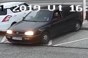 Policajti pátrajú po trojici páchateľov, hľadajú aj tento Volkswagen.