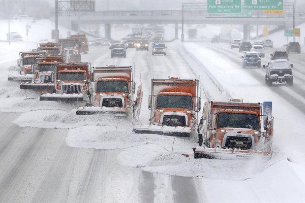 Snežné pluhy čistia diaľnicu v meste Madison vo Wisconsine.
