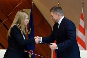 Fico a konateľka spoločnosti RKN Global Europe po podpise memoranda.