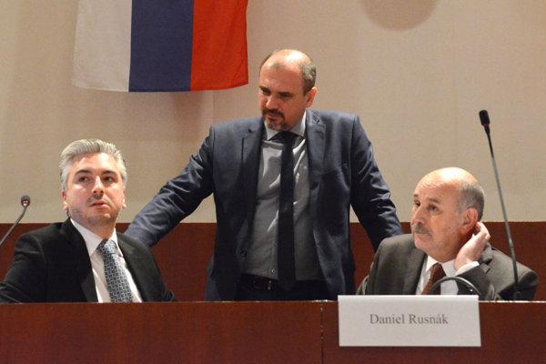 Župan Rastislav Trnka (vľavo) sa teraz musí podriadiť rozhodnutiu ministerstva, ktoré počty žiakov zvýšilo.