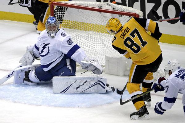 Kapitán Pittsburghu Penguins Sidney Crosby a brankár Tampy Andrej Vasilevskij.