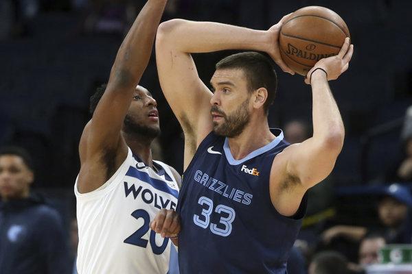 Hráč Minnesoty Timberwolves Josh Okogie (vľavo) bráni Marca Gasola z Memphisu Grizzlies.