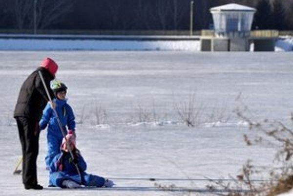Korčuľovanie na priehrade je veľmi nebezpečné.