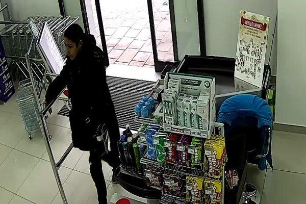 Polícia pátra po totožnosti aj tejto ženy.