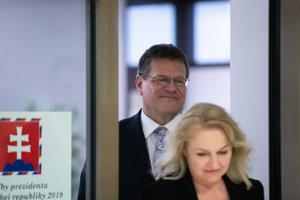 Maroš Šefčovič odovzdal podpisy.