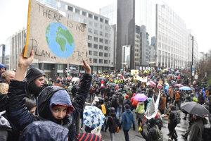 Demonštranti v uliciach Bruselu.