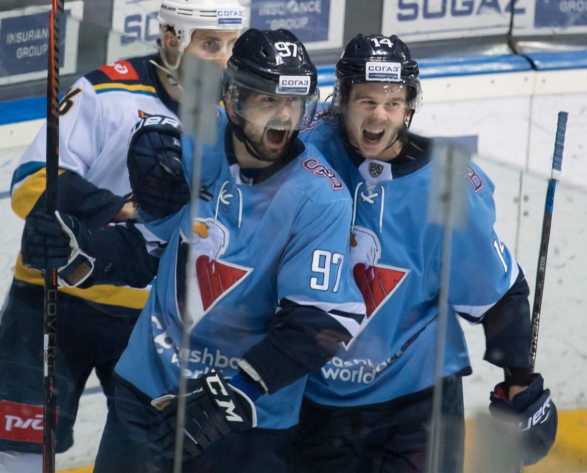 0b1331d95e444 Na snímke vľavo Dávid Buc (Slovan) oslavuje svoj gól, vpravo jeho spoluhráč  Žiga