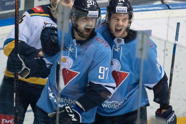 Na snímke vľavo Dávid Buc (Slovan) oslavuje svoj gól, vpravo jeho spoluhráč Žiga Jeglič v zápase hokejovej KHL HC Slovan Bratislava - HK Soči v Bratislave 31. januára 2019.