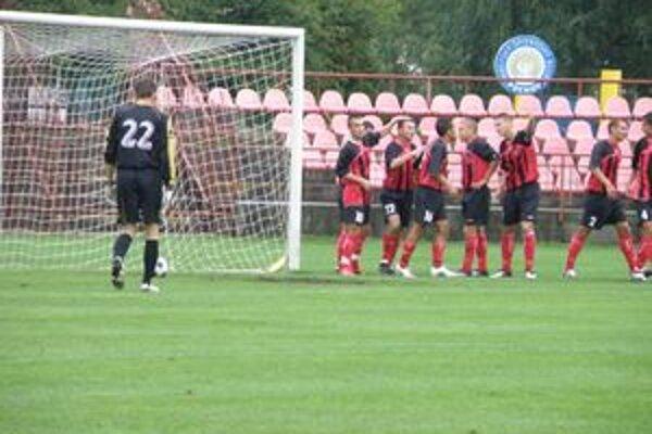 Púchovčania sa tešia z vedúceho gólu Ondričku. Brankár Vreštiak smutne sleduje loptu vo svojej sieti.