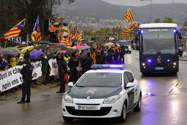 Úrady premiestnili v piatok deviatich politikov a aktivistov.