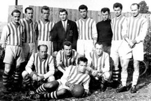 S futbalistami. Pavel Mejcher v hornom rade druhý  sprava