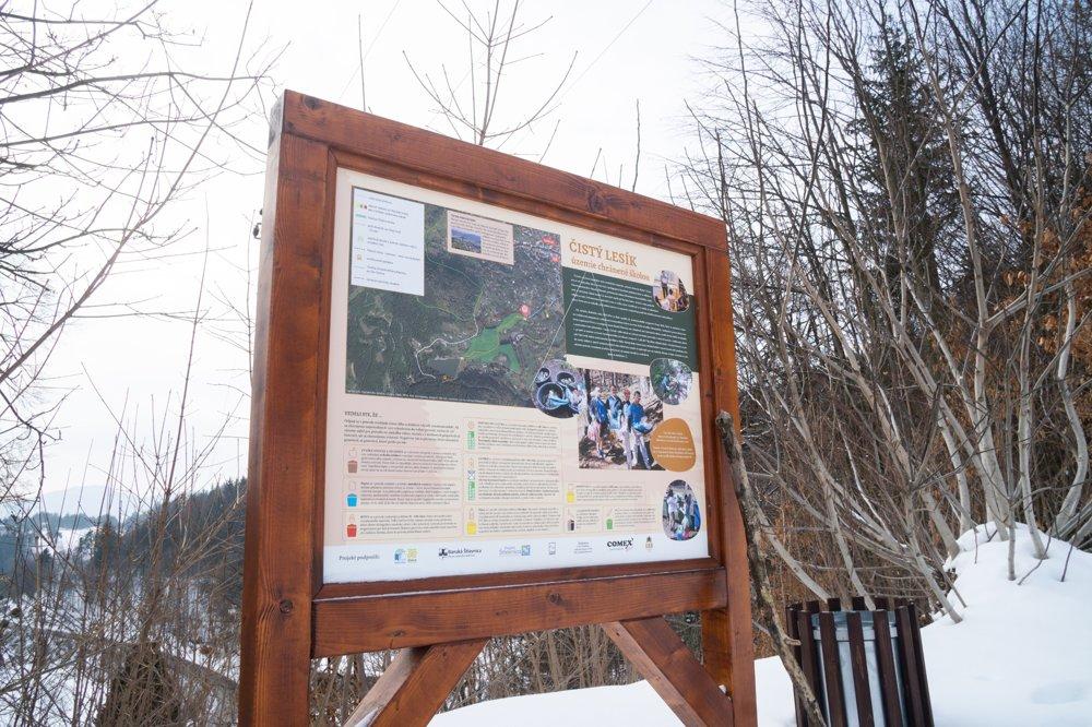 Tabuľu náučného chodníka vybavili sami žiaci. Napísali projekt a išli za primátorkou Banskej Štiavnice, aby vytýčila územie chránené školou.