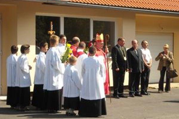 Novú faru požehnal Mons. Tomáš Galis.