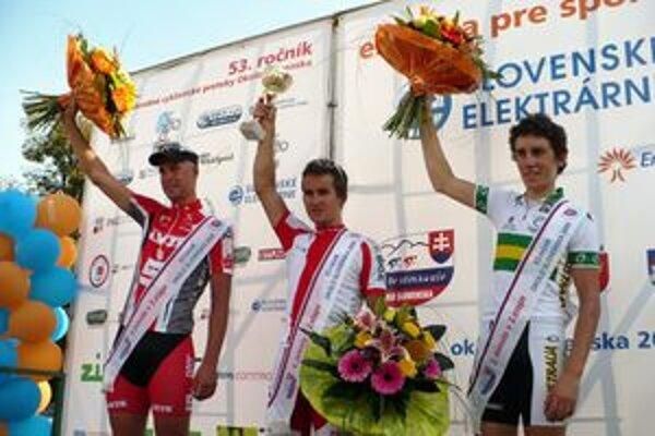 Druhú etapu cyklistických pretekov Okolo Slovenska vyhral Poliak Kwiatkowski (v strede). Vľavo druhý Austrálčan Roe a vpravo tretí Nemec Kluge.