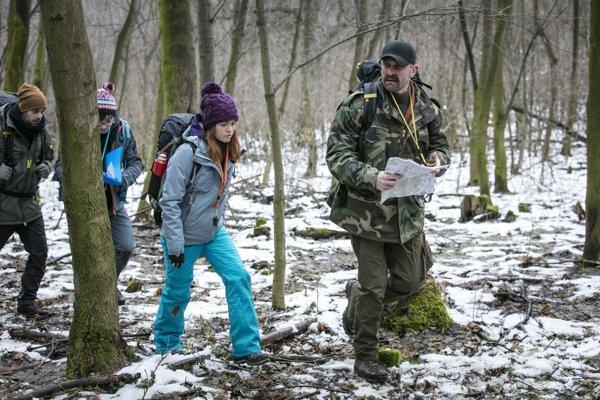 Hlavní predstavitelia Matej Marušin (Igor), Dávid Hartl (Andrej), Mária Bartalos (Mia) a Tomáš Maštalír (Dávid) pri putovaní lesmi pohoria Tribeč
