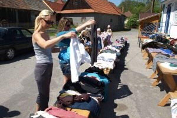 Ľudia priniesli na podujatie oblečenie, ktoré už nenosili. Záujemcovia si z neho mohli povyberať, ktoré sa im hodí a ponosiť ho ešte.