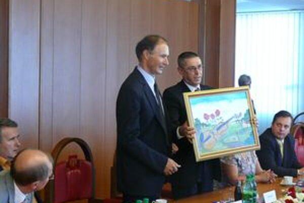 Zástupcovia srbského mesta Báčska Palanka odovzdávajú primátorovi Považskej Bystrice dar.