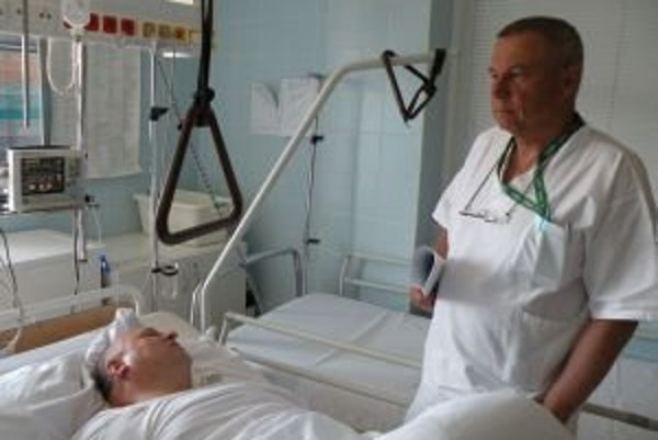 Na chirurgickom oddelení, ktorého primárom je Ján Drobčo, vykonajú priemerne tisícdvesto operácií. V celej nemocnici vlani vykonali viac ako 3 800.