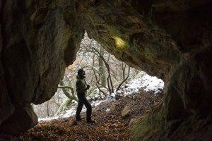 Pracovník správy NP Slovenský kras chiropterológ Štefan Matis pri kontrole jaskýň v Zádielskej tiesňave.