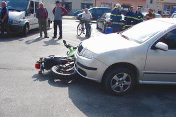 Motocykel skončil pod kolesami osobného auta.