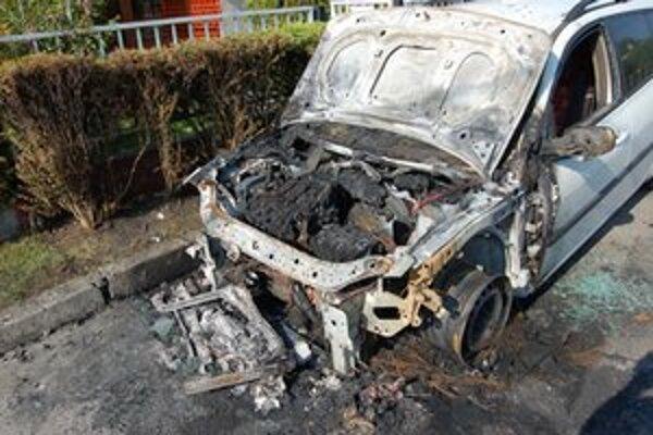 Auto zhorelo v pondelok v skorých ranných hodinách. Škoda na vozidle je 5-tisíc eur.