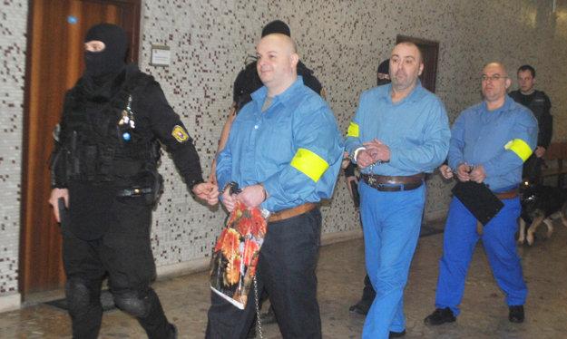 Obvinený a svedkovia na súde. Prvý v modrom Branislav Adamčo, za ním Zsolt B. a Martin Č.