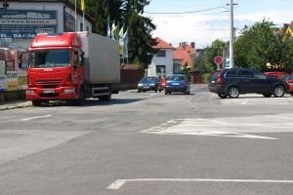 Pracovníci verejnoprospešných služieb opravili aj cestu na Kuzmányho ulici.