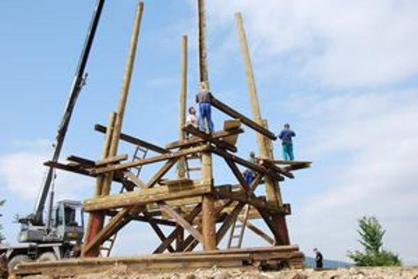 Základom stavby sú dvanásťmetrové kusy dreva.