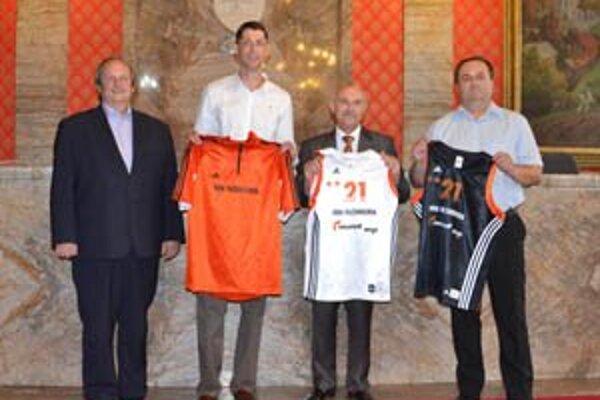Nový tréner podpísal kontrakt na dve sezóny. Na fotografii zľava primátor Ján Pavlík, tréner Štefan Svitek, viceprimátor a prezident MBK Ružomberok Stanislav Bella a generálny manažér Stanislav Onuška.