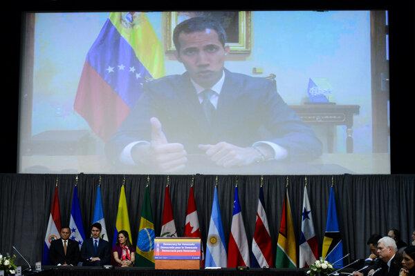 Zľava kanadský premiér Justin Trudeau, kanadská ministerka zahraničia Chrystia Freelandová a peruánsky minister zahraničných vecí Nestor Popolizio Bardales v rozhovore s venezuelským opozičným lídrom Juanom Guaidóm.