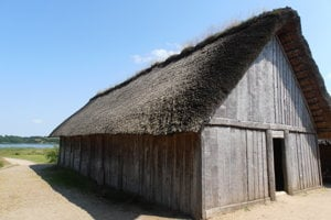 Replika pôvodného dreveného domu v Haithabu.
