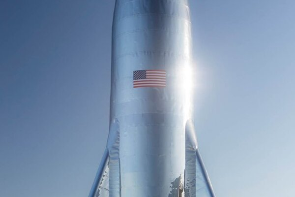 Dokončený testovací prototyp hviezdnej lode Starship uverejnil Elon Musk 11. januára 2019.