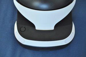 Tlačidlo na hornej časti helmy slúži na jej priblíženie alebo oddialenie, aby lepšie sadla na tvár.