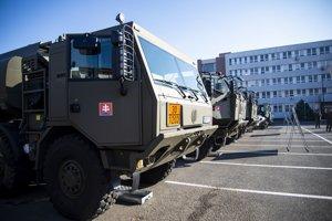 Vozidlá Ozbrojených síl (OS SR) počas veliteľského zhromaždenia náčelníka OS SR na ministerstve obrany.