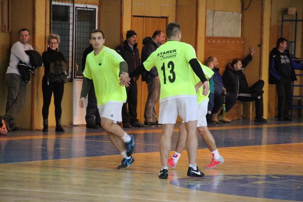 Vedúci Starekovci vyhrali gólom z poslednej minúty.