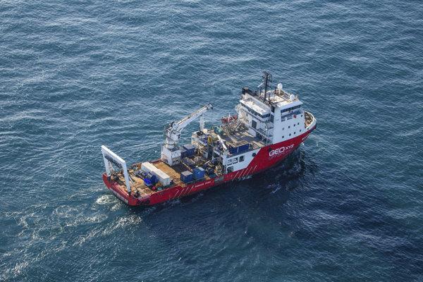 Pátracia loď v kanáli La Manche neďaleko pobrežia Alderney.