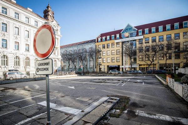 Až do roku 1972 bol na mieste parkoviska na Komenského námestí park.